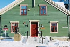 Yttersida av den polara museumbyggnaden med den polara utforskaren Roald Amundsen som är pank framme av den i Tromso, Norge Arkivbilder