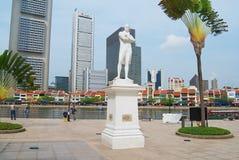 Yttersida av den Sir Thomas Stamford Bingley Raffles statyn med moderna byggnader på bakgrunden i Singapore, Singapore Royaltyfri Fotografi