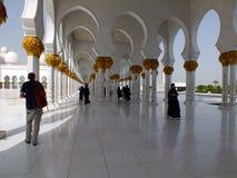 Yttersida av den storslagna moskén i Abu Dhabi Arkivfoton