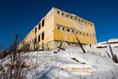 Yttersida av det gamla murkna övergav fängelset Royaltyfri Fotografi