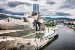 Yttersida av det Guggenheim museet och det Iberdrola tornet Arkivfoton