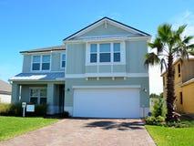 Yttersida av det nya hemmet i kust- Florida Arkivbild