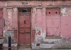 Yttersida av det röda målade traditionella Huguenot huset för vävare` s på den Princelet gatan, Spitalfields, östliga London, UK arkivfoton
