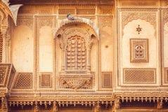 Yttersida av det stora indiska huset med historiska sned väggar, balkonger och stenen planlägger beståndsdelar, Rajasthan av Indi Royaltyfri Fotografi