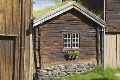 Yttersida av det traditionella timmerhuset av kopparminstaden av Roros, Norge royaltyfria foton