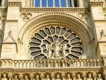Yttersida av det västra rosa fönstret av Notre Dame de Paris Arkivbild
