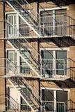 Yttersida av en byggnad med den gamla brandflykten i New York City Royaltyfria Foton