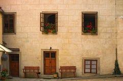 Yttersida av en härlig stenbyggnad Windows med härliga blommor field treen för republiktown för cesky tjeckisk krumlov medeltida  Fotografering för Bildbyråer