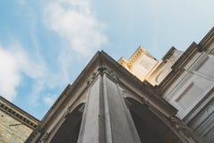 Yttersida av en klassisk kyrka och himmel royaltyfri fotografi