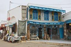Yttersida av en souvenir shoppar ingången i El Djem, Tunisien Arkivfoto