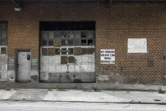 Yttersida av ett övergett garage Arkivbilder