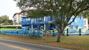 Yttersida av ett hem som målas för att se som en Vincent van Gogh målning royaltyfria bilder
