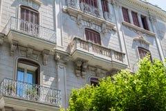 Yttersida av ett lyxigt historiskt flerfamiljshus Arkivfoton