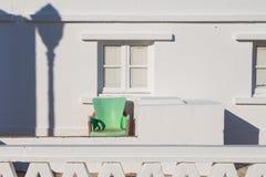 Yttersida av ett vitt hus med en grön fåtölj Royaltyfri Fotografi