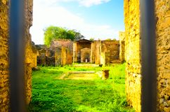 Yttersida av fördärvar av den antika och forntida romerska tempeldelen av den turist- destinationen arkivbild