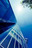 Yttersida av glass bostads- byggnad.  Modern glass kontur Arkivfoto