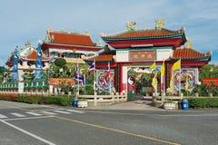 Yttersida av ingången till Anek Kusala Sala (Viharn Sien) den kinesiska templet i Pattaya, Thailand Royaltyfri Bild