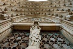 Yttersida av ingången till den Barcelona domkyrkan Royaltyfri Bild