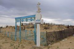 Yttersida av ingången till den gick ned ryska ortodoxa kyrkogården i Aralsk, Kasakhstan Royaltyfria Foton
