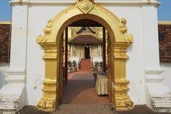 Yttersida av ingången till Phaen som Luang stupa i Vientiane, Laos Arkivfoto