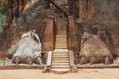 Yttersida av ingången till det Sigiriya lejonet vaggar fästningen i Sigiriya, Sri Lanka Arkivbilder