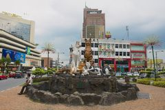 Yttersida av kattmonumentet i i stadens centrum Kuching, Malaysia Arkivbilder