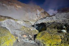 Yttersida av krater av en aktiv vulkan New Zealand Royaltyfri Bild