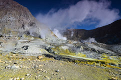 Yttersida av krater av en aktiv vulkan New Zealand Royaltyfri Fotografi