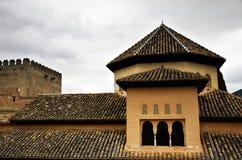 Yttersida av lokal och taket till Alhambraen arkivbild