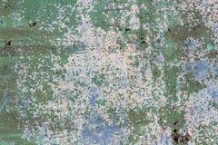 Yttersida av rostigt järn med kvarlevor av gammal mångfärgad målarfärgtexturbakgrund Rosta, korrosion på metall och kvarlevor av  Royaltyfri Bild
