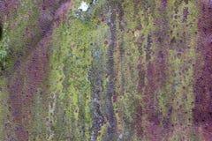 Yttersida av rostigt järn med kvarlevor av gammal mångfärgad målarfärgtexturbakgrund Rosta, korrosion på metall och kvarlevor av  Royaltyfria Foton