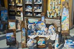 Yttersida av souvenir shoppar på solnedgången i Oia, Grekland Arkivbilder