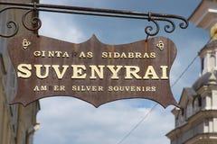 Yttersida av souvenir shoppar undertecknar in Vilnius, Litauen Arkivbilder