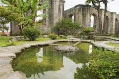 Yttersida av springbrunnen på fördärvar av den Santiago Apostol kyrkan i Cartago, Costa Rica royaltyfri foto