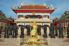 Yttersida av statyerna av kinesShaolin munkar på Anek Kusala Sala (Viharn Sien) den kinesiska templet i Pattaya, Thailand Royaltyfri Foto