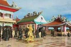 Yttersida av statyerna av kinesShaolin munkar på Anek Kusala Sala (Viharn Sien) den kinesiska templet i Pattaya, Thailand Arkivfoton