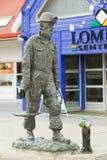 Yttersida av statyn för kolgruvaarbetare på gatan av Longyearbyen, Norge Arkivfoton