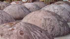 Yttersida av takkupolerna av den sket Gombuj moskén i Bagerhat, Bangladesh lager videofilmer