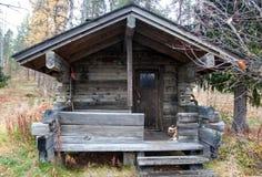 Yttersida av traditionell finlandssvensk bastu i den Taiga skogen Royaltyfria Bilder