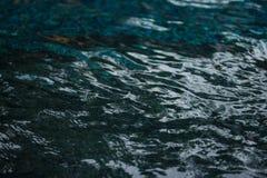 Yttersida av vattenvågen och vattenreflexionen Royaltyfri Bild
