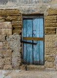 Yttersida det gamla dörrfragmentet, den gamla dörrtextursikten, den abstrakta platsen, ingen hemma, red ut dörren, nära dörr i lju Royaltyfria Foton