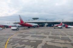 Yttersida för Domodedovo flygplatsbyggnad på dagtid Arkivfoton