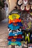 Yttersida för fotbollskjortahängning en shoppa Arkivfoto