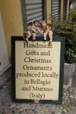 Yttersida för gåvor och för prydnader för en teckenadvertizing en shoppa i Bellagio, sjö Como arkivfoton