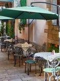 Yttersida för sommargatakafé med det vita paraplyet i gammal stad royaltyfri foto