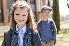 Yttersida för två studenter på skola som tillsammans står royaltyfri fotografi