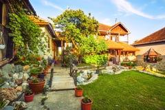 Yttersida för landshus och gräsmatta Royaltyfria Bilder