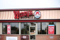 Yttersida och tecken för restaurang för snabbmat för Wendy ` s arkivbild