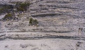 Yttersidan av en brant kalkstenklippa royaltyfria bilder