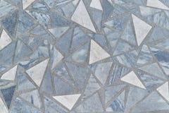 Yttersidan av golvet eller väggen göras av marmortegelplattor i form av trianglar Arkivfoton